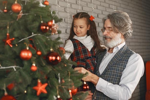 Familien-, feiertags-, generationen-, weihnachts- und personenkonzept. zimmer für weihnachten dekoriert