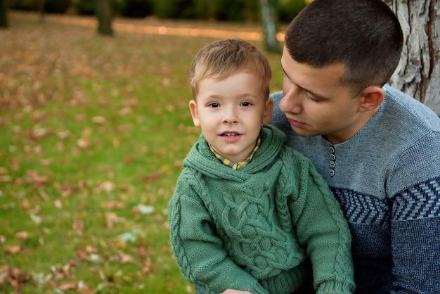 Familien-, kindheits-, jahreszeit- und leutekonzept, glückliche familie