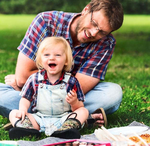 Familien-picknick-draußen zusammengehörigkeits-entspannungs-konzept
