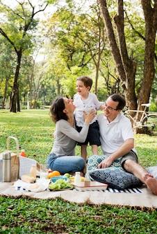 Familien-picknick-glücks-lifestyle-wochenende