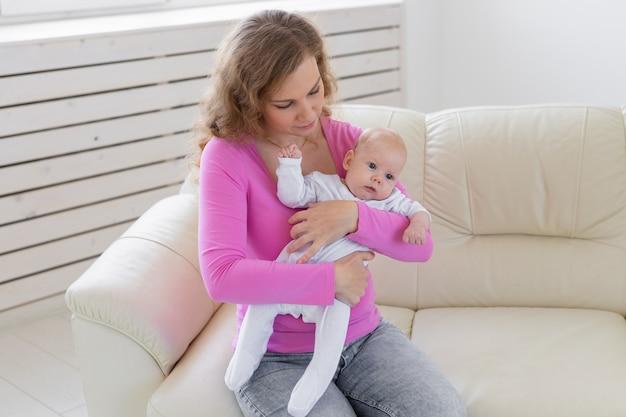 Familien-, säuglings-, mutterschafts- und kindheitskonzept schöne mutter und ihr baby