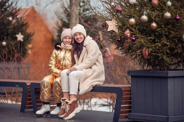 Familien-wintersport. mutter und tochter am wintertag