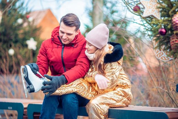 Familien-wintersport. vater und tochter am wintertag