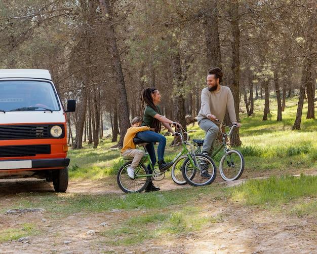 Familienausflug mit fahrrädern in der natur