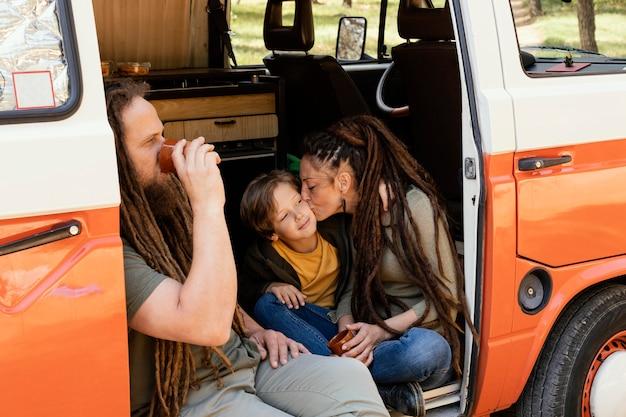 Familienausflug mit ruhendem auto