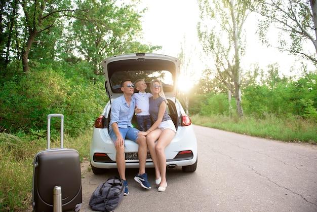 Familienautofahrt. sommerferien, urlaub, reisen, roadtrips und personenkonzept.