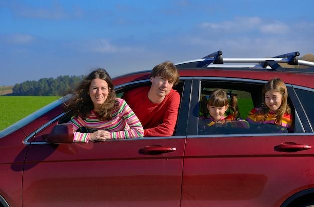 Familienautoreise im urlaub, glückliche eltern und kinder haben spaß in der urlaubsreise, versicherungskonzept