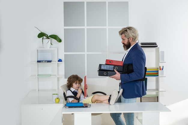 Familienbetrieb. kollegen beim brainstorming im gespräch. kleines familienunternehmen.