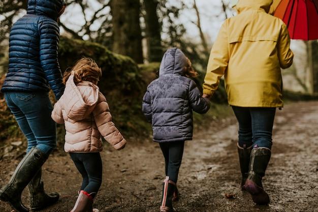 Familiencampingausflug mutter und tochter im wald spazieren