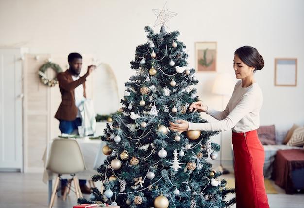 Familiendekorationsraum für weihnachtsfeier