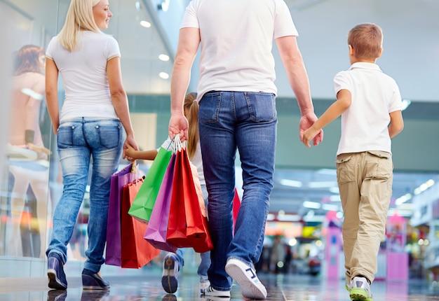 Familieneinkauf im einkaufszentrum
