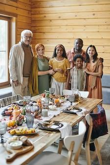 Familienessen am festlich gedeckten tisch