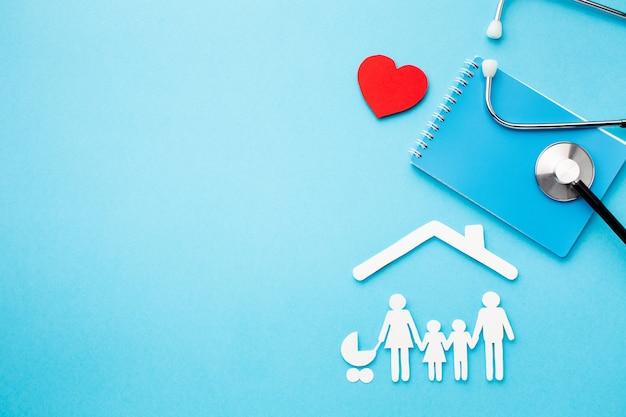 Familienfigur form und stethoskop mit kopierraum