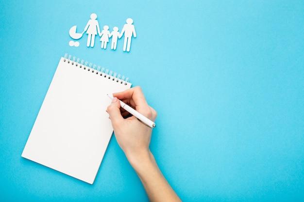 Familienfigurenkonzept mit kopierraum