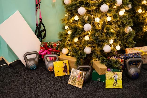 Familienfotoalbum in der nähe des weihnachtsbaumes