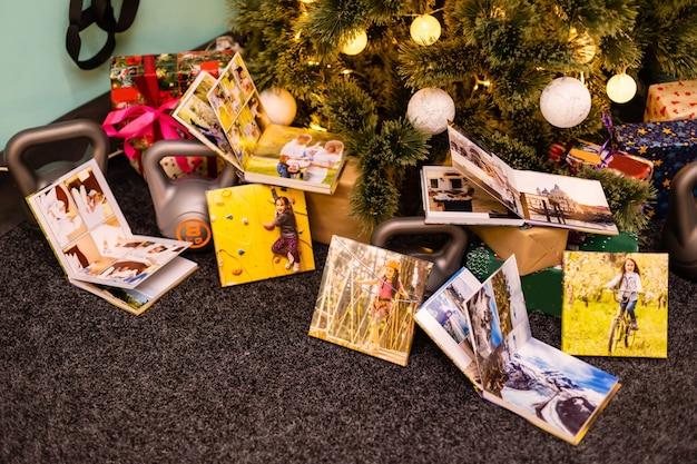 Familienfotoalbum und gewichte für sport am weihnachtsbaum