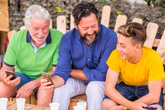 Familiengeneration bleibt zusammen mit dem handy