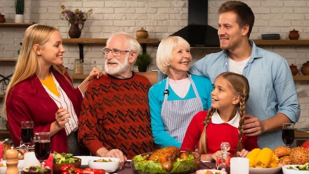 Familiengenerationen, die einander betrachten
