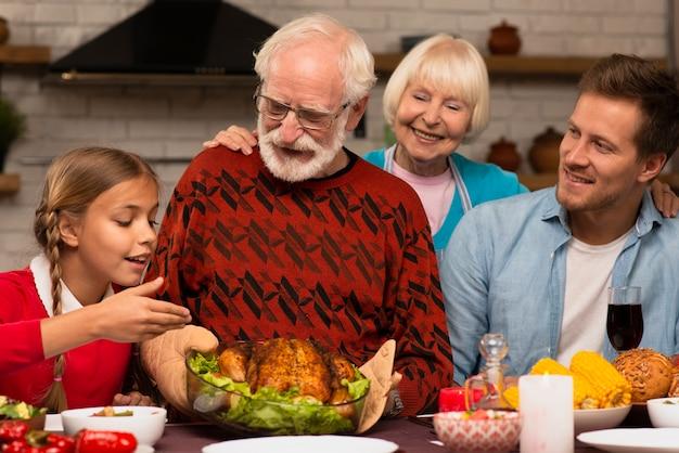 Familiengenerationen verbringen zeit miteinander