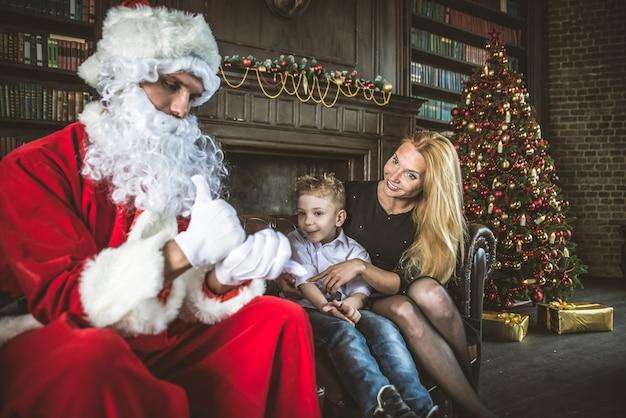Familienhausporträt. eltern und sohn verbringen zeit zusammen zur weihnachtszeit