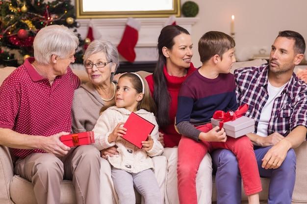 Familienholdinggeschenke der mehrfachen generation auf sofa
