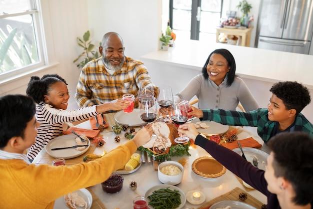 Familienjubel vor dem thanksgiving-dinner
