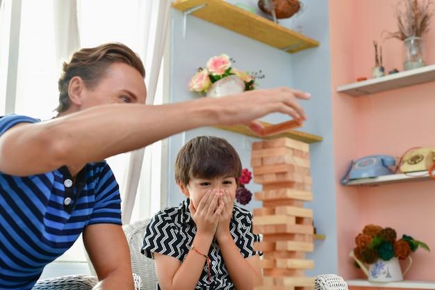 Familienkonzept. familie ist glücklich im haus. vater und sohn spielen zu hause spaß.