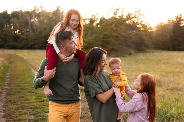 Familienleben im freien in der herbstzeit