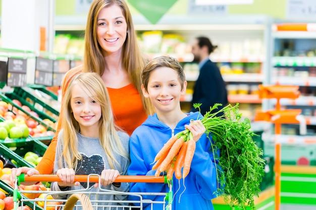 Familienlebensmittelgeschäfteinkaufen im grossmarkt