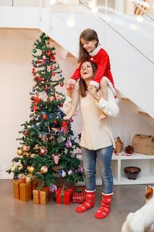 Familienlebensstil, der weihnachten zusammen verbringt
