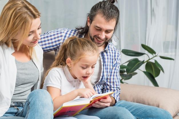 Familienlesung auf dem sofa