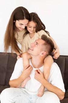 Familienmitglieder, die sich ansehen