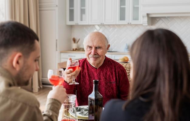 Familienmitglieder klirren an den gläsern