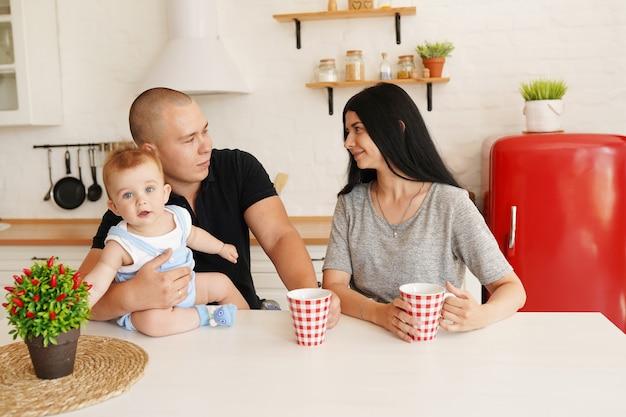 Familienmutter und -vater mit babyjungen
