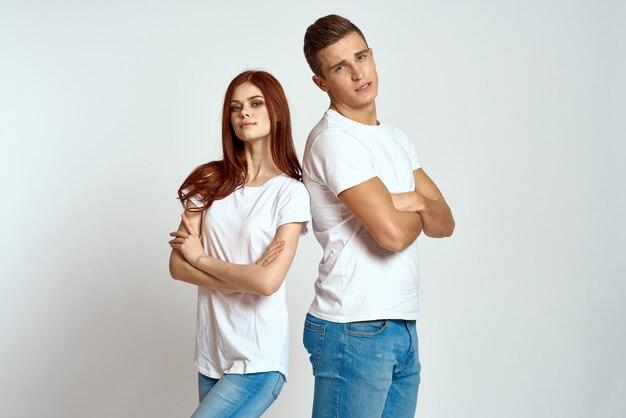 Familienpaar in der liebe jeans weiß t-shirt emotionen spaß mann und frau