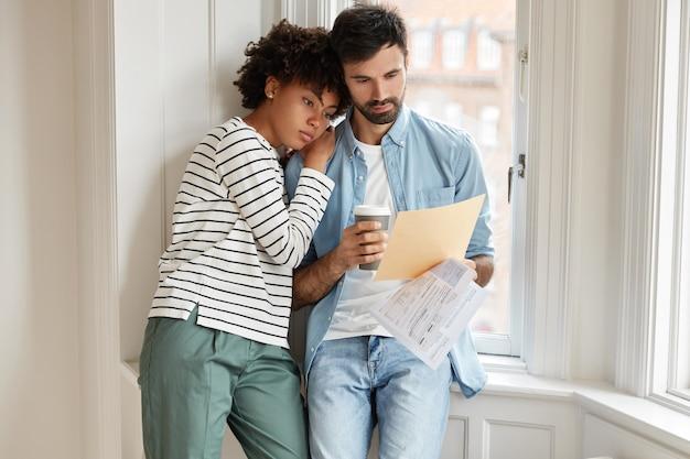 Familienpaare mit gemischten rassen haben probleme, haben frustrierte ausdrücke und überlegen, wie sie probleme lösen können.