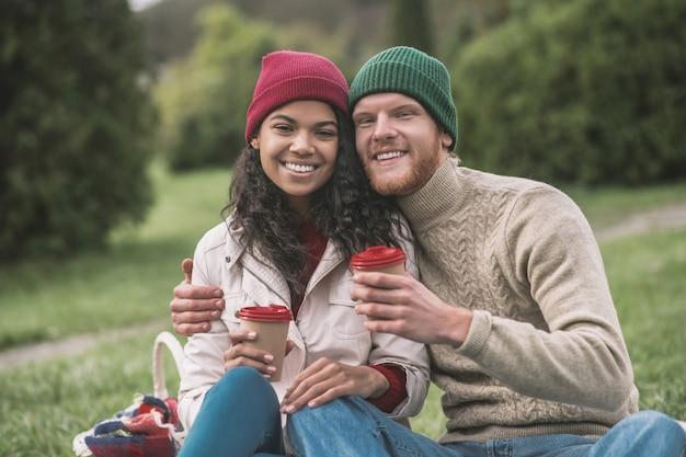 Familienpicknick. eine glückliche junge familie, die das datum im freien genießt