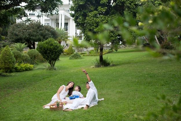 Familienpicknick in der nähe des hauses auf die natur