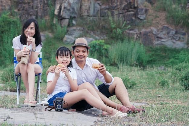Familienpicknick inmitten der natur mit der klippe im hintergrund