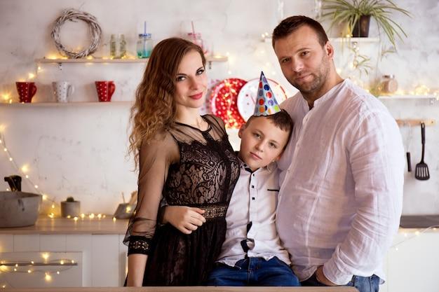 Familienporträt am geburtstag des sohnes in der küche