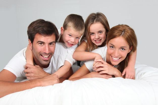 Familienporträt, das in bett legt