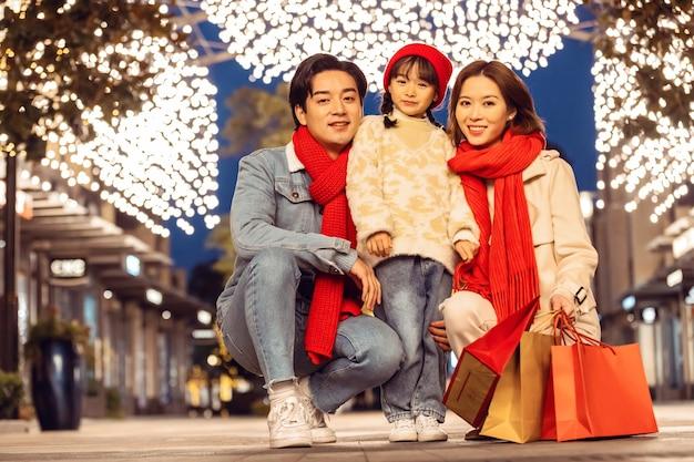 Familienporträt, das weihnachten und neues jahr mit feiertagen und einkaufen feiert
