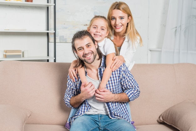 Familienportrait auf dem sofa