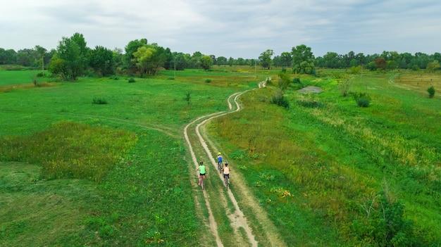 Familienradfahren auf fahrrädern luftaufnahme von oben