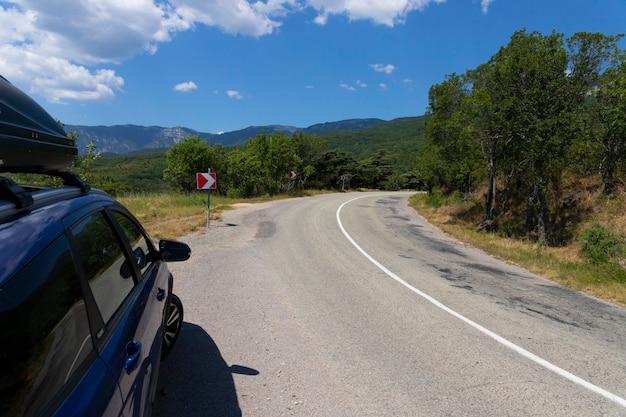 Familienreiseauto mit dachträger auf einer bergstraße. foto in hoher qualität