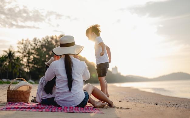 Familienreisen strand entspannen lifestyle-urlaubskonzepteltern und kinder, die am strand genießen