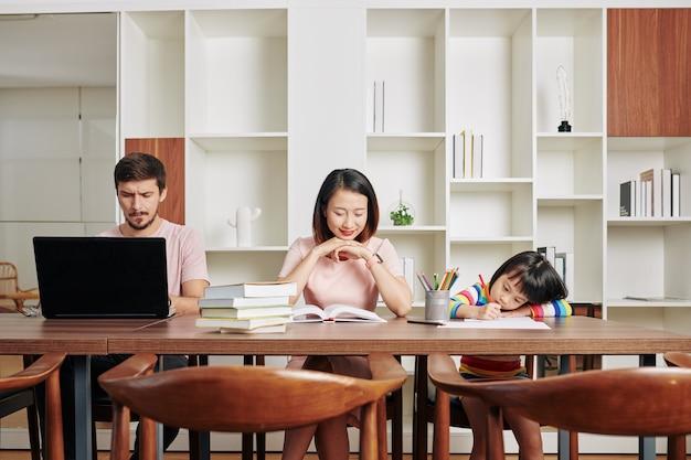 Familiensoziale distanzierung zu hause