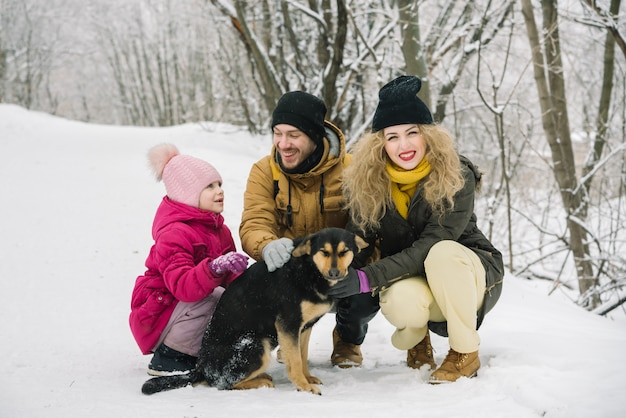 Familienspaß wird mit einem hund fotografiert