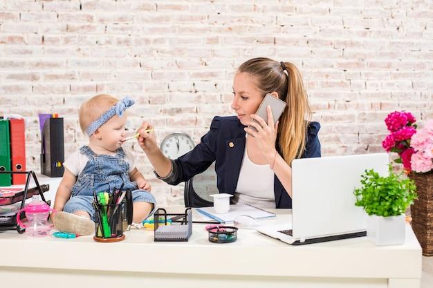 Familienunternehmen - telearbeit geschäftsfrau und mutter mit kind telefoniert