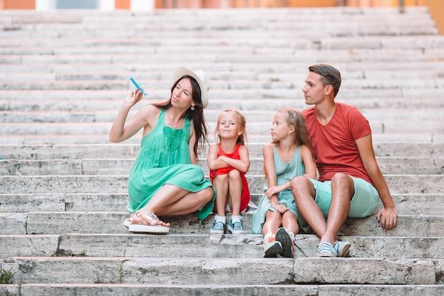 Familienurlaub in europa. flugzeug in der hand der frau